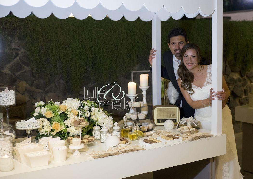 Gli sposi raggianti accanto alla nostra bellissima confettata dal sapore vintage