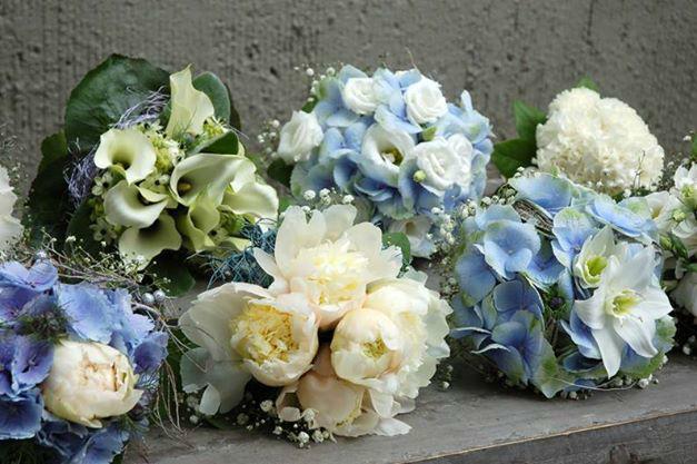 Beispiel: Brautsträuße mit weißen und blauen Blumen, Foto: Frau Rose Floristik.