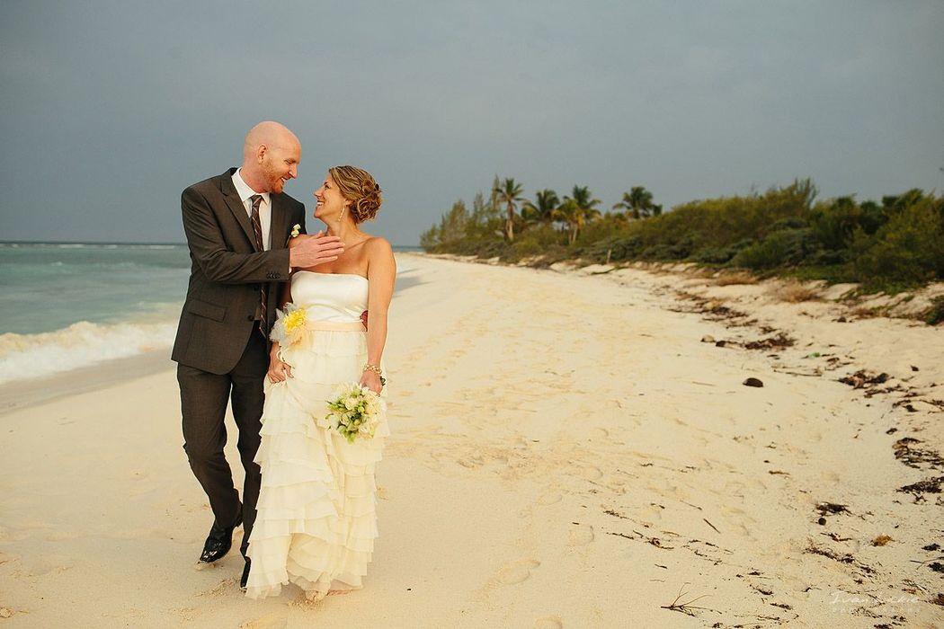 retrato de los novios de su boda en playa en la Riviera Maya