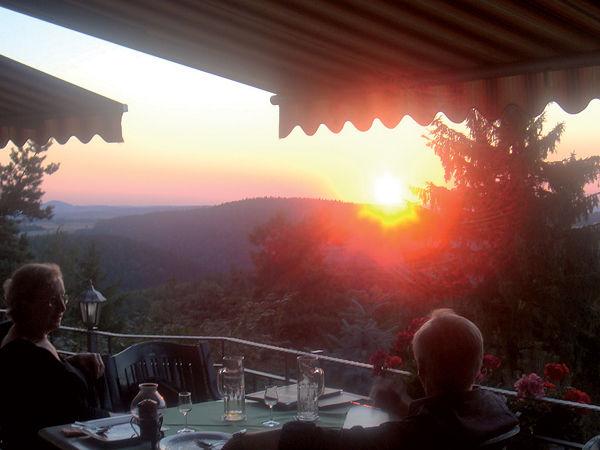 Beispiel: Sonnenuntergang von Terrasse, Foto: Berghotel Augustusberg.