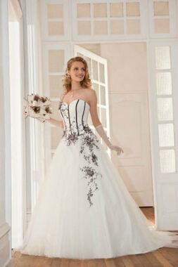 Beispiel: Brautkleid: Eglantine, Foto: Daniela´s Weddingfashion.