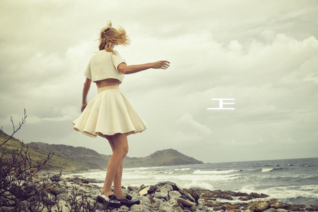 Etienne Jeanson capsule éco-friendly -ensemble blouse et jupe à godets en coton biologique, ceinture brodée en dentelle de coton organic
