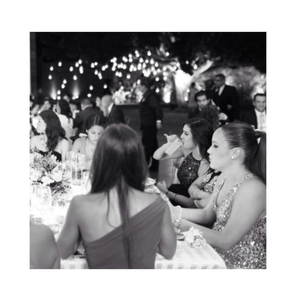 Invitados disfrutando la cena