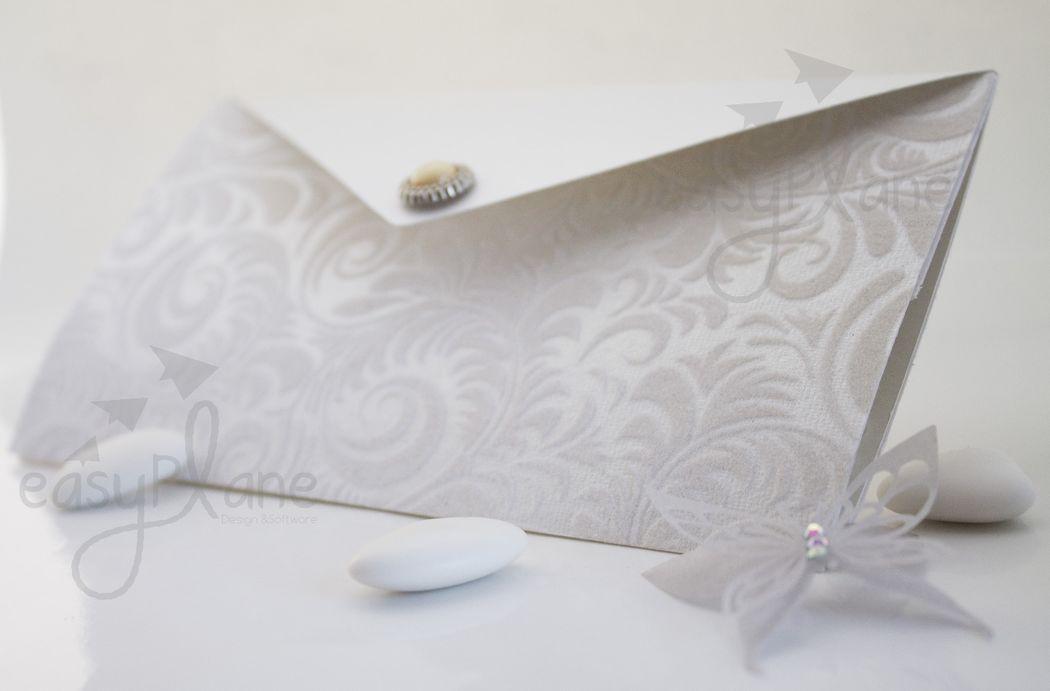 Partecipazione modello pochette piatta. Un total white reso ancora più interessante dai particolari realizzati in preziosa carta floccata - Collezione