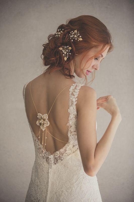 BACKLACES  Accesorio para el cuerpo en cadenas con flores decoradas en el cuello y la espalda.