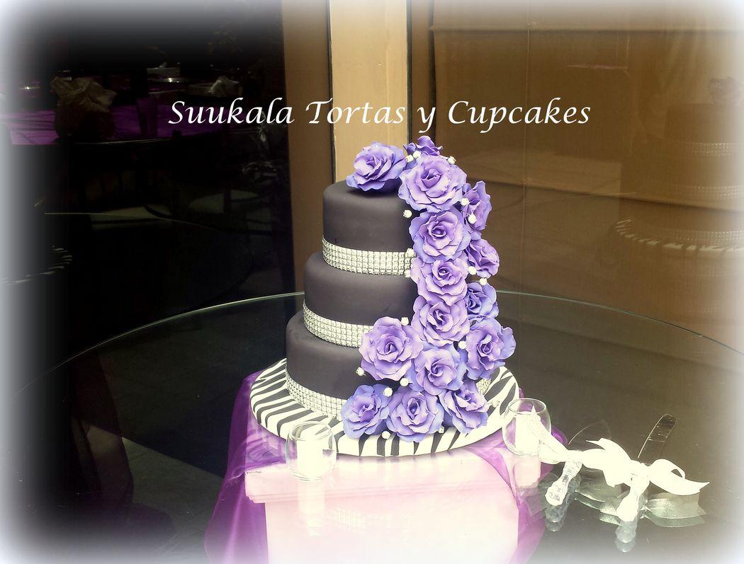Torta Osadia. Cake Red Velvet decorada con rosas moradas para una pareja Rockera