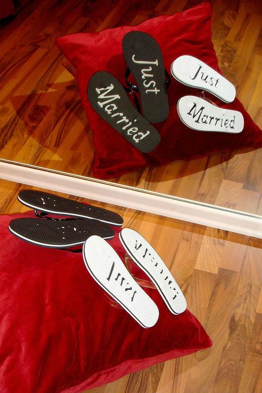 Beispiel: Die Flip-Flops zur Hochzeit, Foto: Der Brautladen Schuhe.