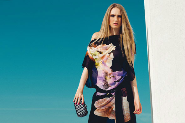 Caftano in georgette stampata e cintura con fibbia ricamata in tinta.  Pochette in raso nero con cover metallica della collezione Fabiana Ferri Shoes & Bags S/S 2014