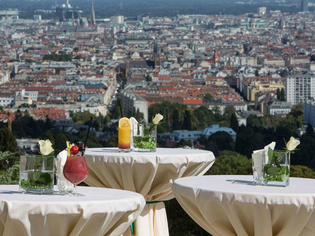 Beispiel: Sektempfang mit Ausblick, Foto: Austria Trend Hotel Schloss Wilhelminenberg.