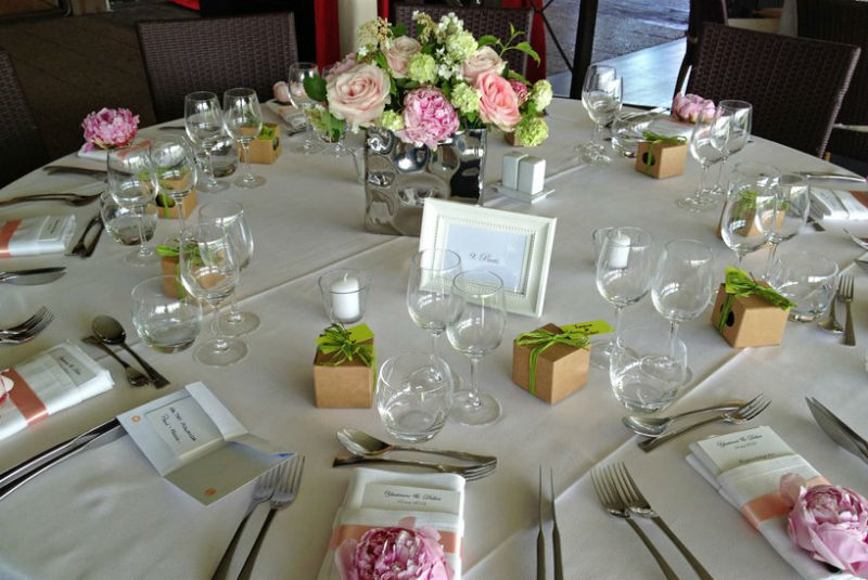 Fleurs, Fruits, Feuillages Vue d'ensemble de la table, le centre de table et les pivoines à l'unité posées sur chaque serviette. Ravissant détail  www.fleurs-fruits-feuillages.fr