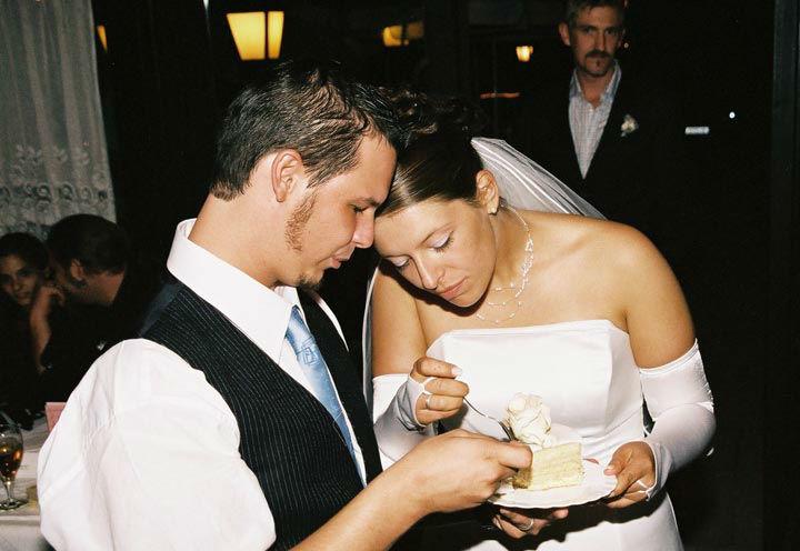 Beispiel: Brautpaar beim Verzehr der Hochzeitstorte, Foto: Restaurant Schottenhof.
