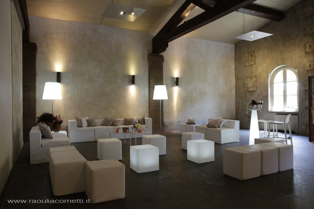 divano componibile, pouf e arredi luminosi per l' area disco e lounge