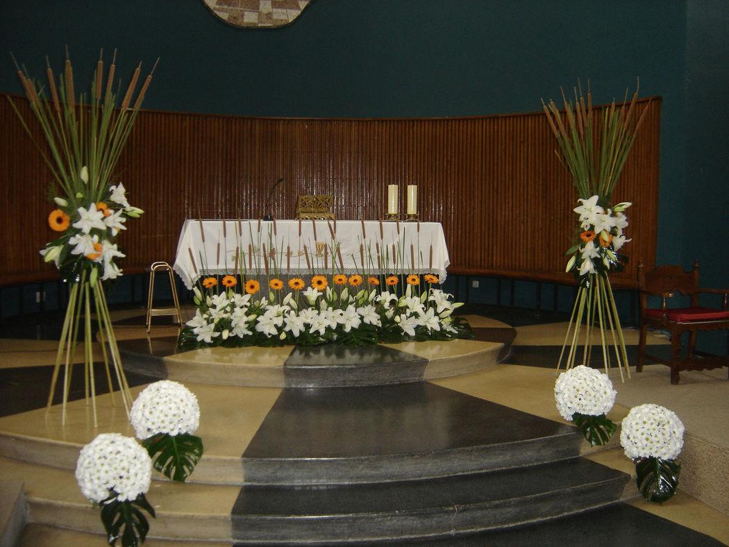 Diávolos de flores con espadañas y flores naturales.