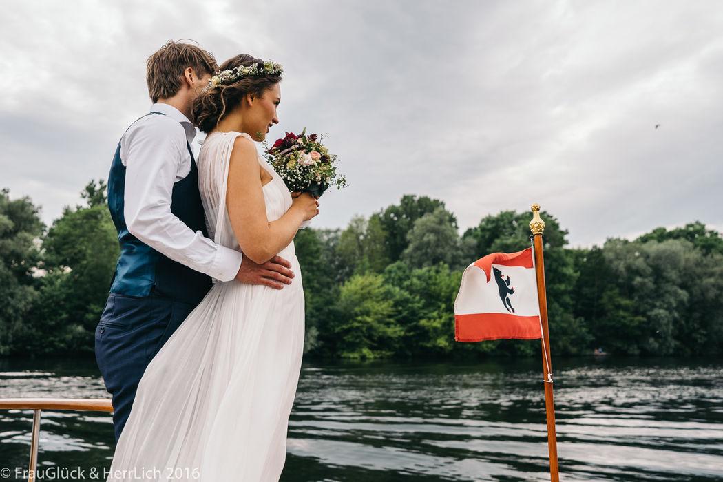 Paarshooting mit Blumenkranz & Brautstrauß auf der Spree in Berlin