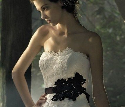 Beispiel: Brautkleid mit schwarzer Schärpe, Foto: Noviamor.