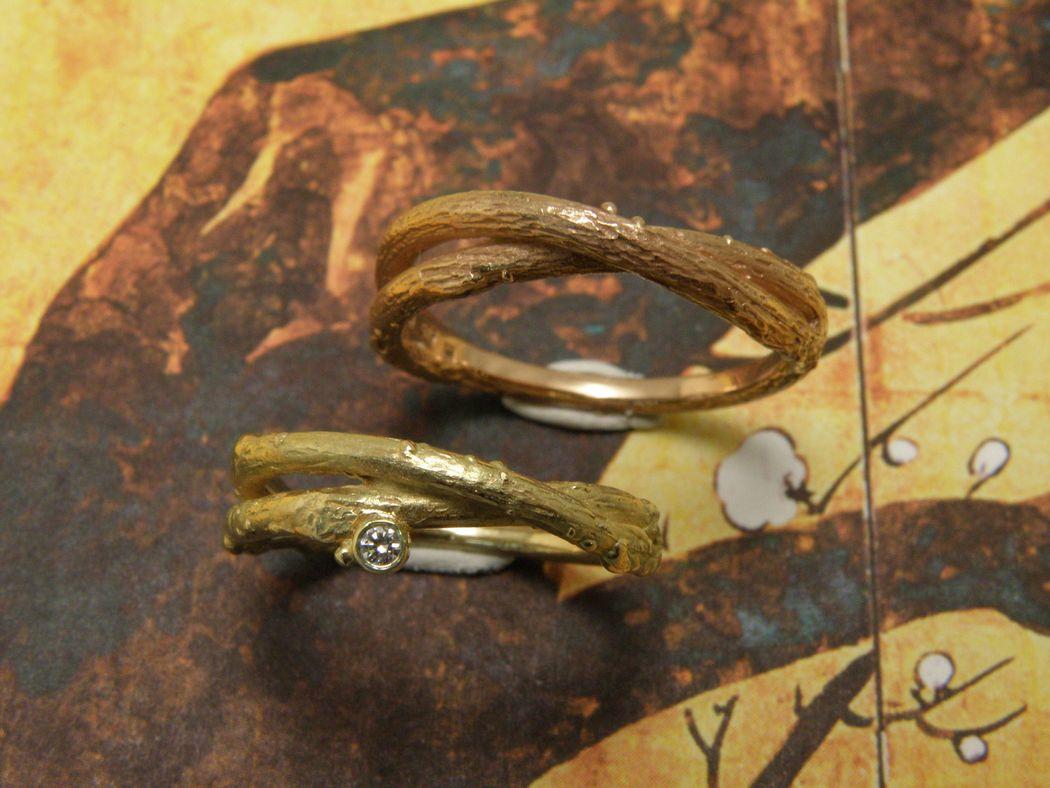 * geelgouden overkruiste takjes ring met 0,03 crt briljant geslepen diamant  * roodgouden overkruiste takjes ring * trouwringen uit het Oogst atelier