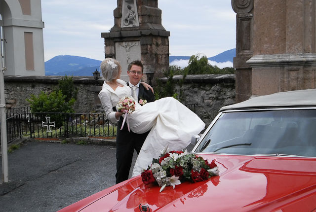 Beispiel: Braut auf Händen getragen, Foto: FritzCar Oldtimer-Limousinenservice.