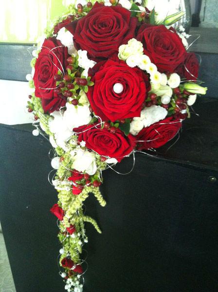 Beispiel: Brautstrauß mit roten Rosen, Foto: Blumen Bachmann.