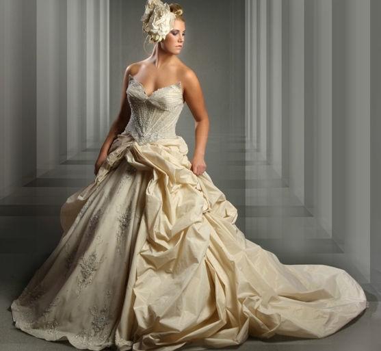 Beispiel: Ausgefallene Kleider für die Braut, Foto: Eliyzi Couture Berlin.
