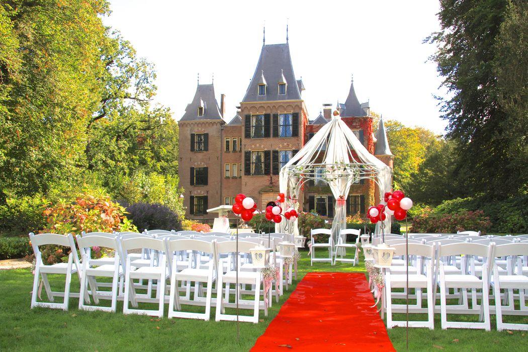 Huwelijksvoltrekking in de tuinen van het kasteel. Volledig naar jullie stijl gedecoreerd.