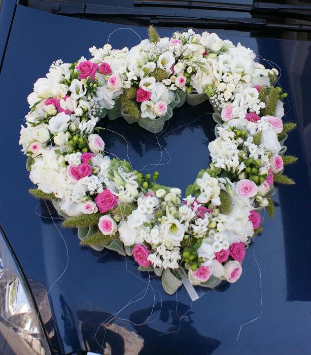 Beispiel: Autoschmuck in Herzform, Foto: Floraswelten.