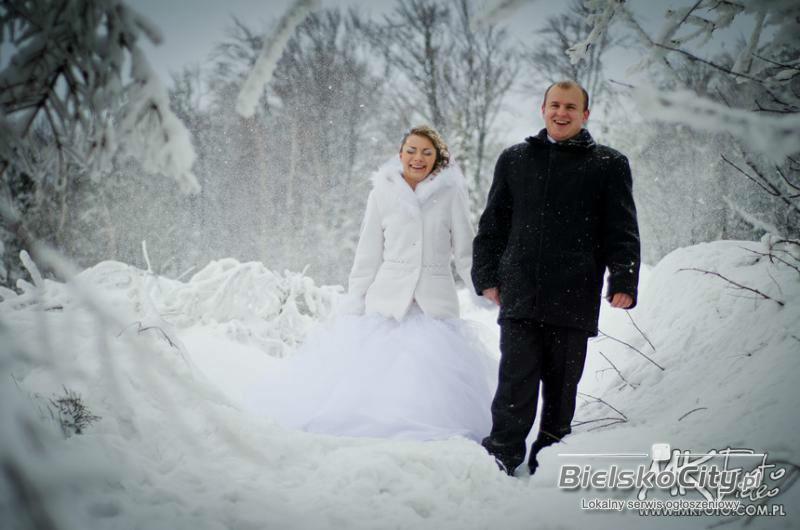 Para Młoda poczas zimowego spaceru