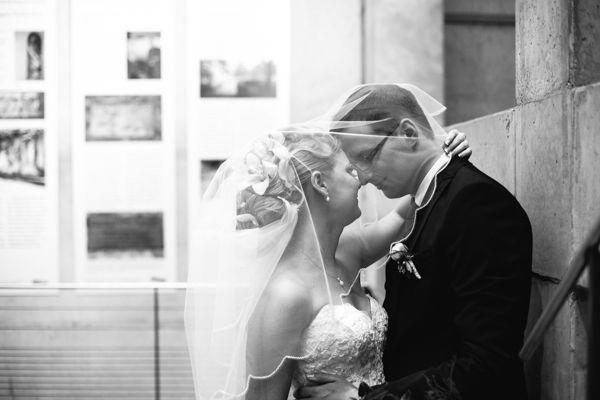 Beispiel: Hochzeitsfotos in Schwarz-Weiß, Foto: Romeoplusjuliet Photography.
