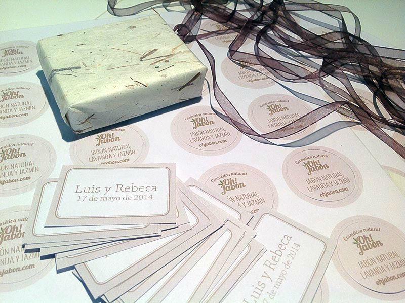 Preparando los detalles de boda personalizados