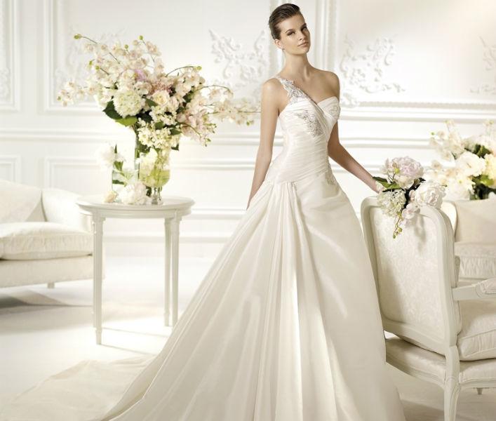 Beispiel: Tolle Kleider für Ihre Hochzeit, Foto: Eliyzi Couture Berlin.