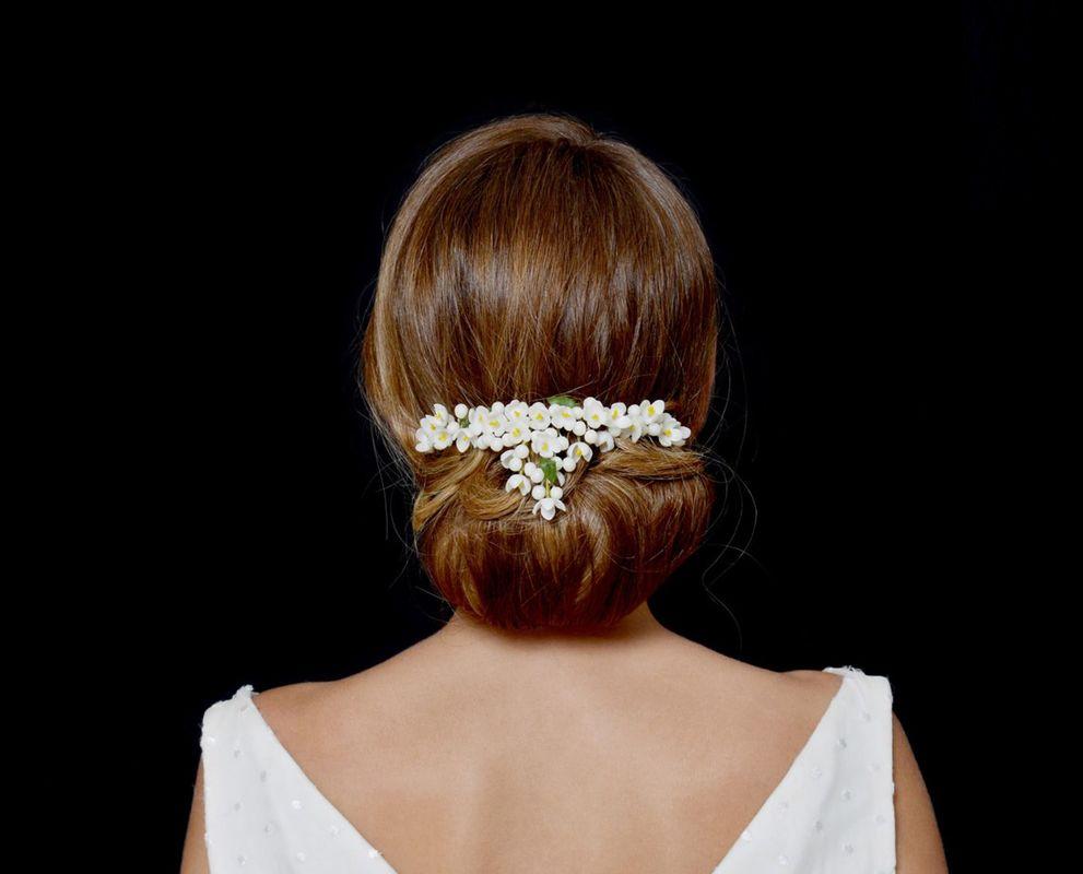 Tocados para moño de flores de azahar y capullos en cera.