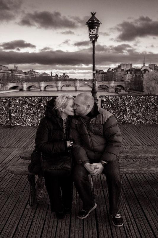 TripShooter - Romantic couple kissing at the Pont des Arts   Photographer: Jade Maitre
