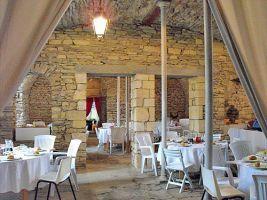 Stalles voutées du rez-de-chaussée servant de site de repli pour le vin d'honneur en cas de pluie ou pour des dîners (70 couverts).