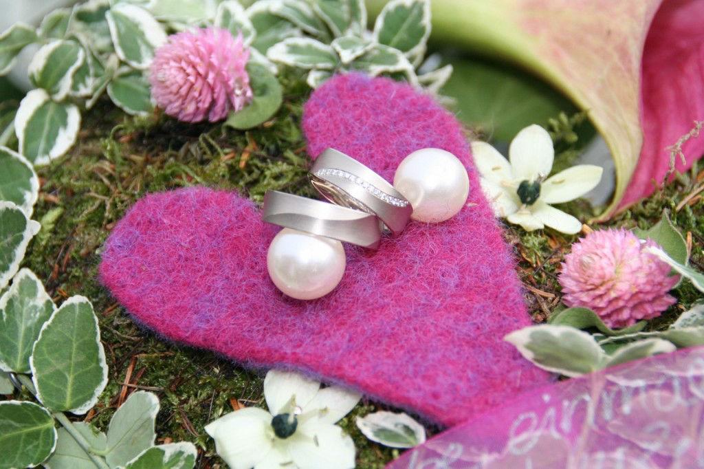 Beispiel: Floral gestaltetes Ringkissen, Foto: Die Blume Gengenbach.