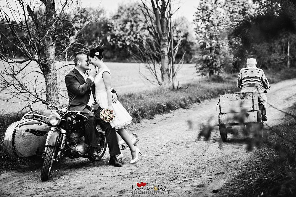 Brautpaar, Brautpaarshooting, Brautpaarfotos im Vintage-stil, Vintage Hochzeit, Rockabella Brautkleid, Motorrad mit Beiwagen, Brautpaarbilder Vintage, Brautpaarshooting Vintage