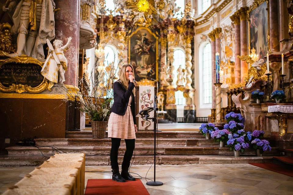 Beispiel: Kirchliche Trauung, Foto: Sängerin Lila.