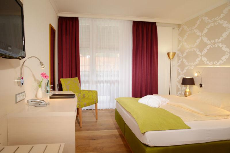 Beispiel: Zimmer, Foto: Hotel am Badersee.