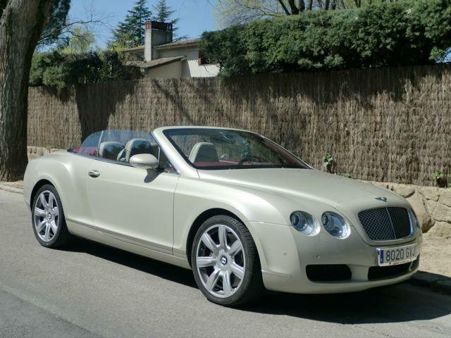 BENTLEY CONTINENTAL GTC Un deportivo de 560 cv en color champán. Estilo y exclusividad para una boda elegante.