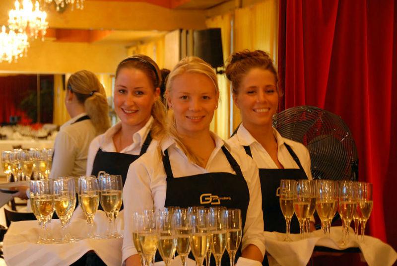 Beispiel: Service-Personal für Ihren Sektempfang, Foto: Golden Catering.