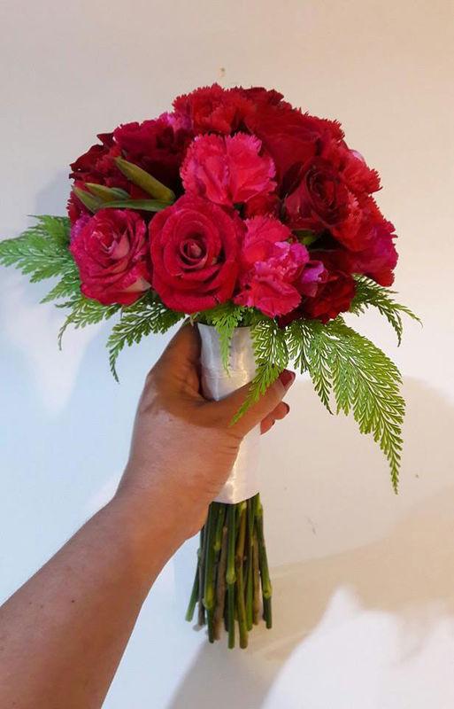 Mini bouquet en rojos y fucsias para una despedida de soltera. Rosas, rosas spray, godetias y claveles.  Foto: Astromelia - Florería Online