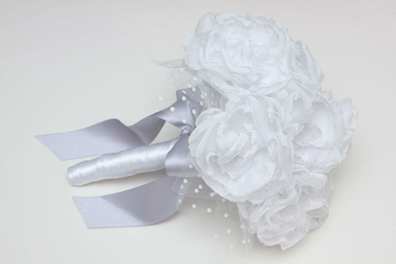 Ramo de novia en tela de peonías blancas y tul plumeti