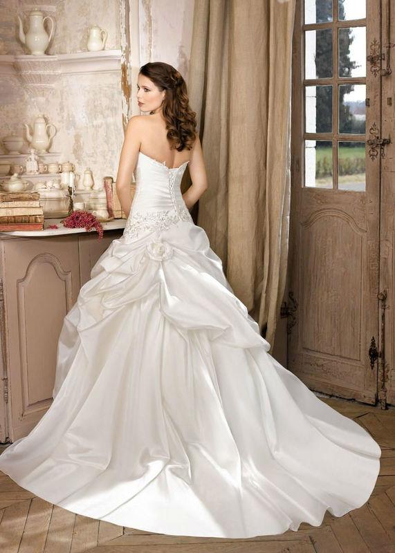 Beispiel: Hochzeitskleider, Foto: Brilliant Brautmoden.