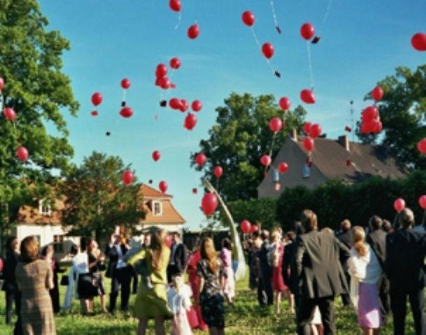 Beispiel: Hochzeitsfeier - aufsteigende Luftballons, Foto: Schloss & Gut Liebenberg.