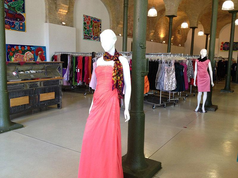 Beispiel: Abendmode in vielen Farben, Foto: Fashionart Berlin.