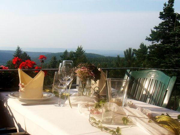 Beispiel: Ausblick von der Terrasse, Foto: Berghotel Augustusberg.