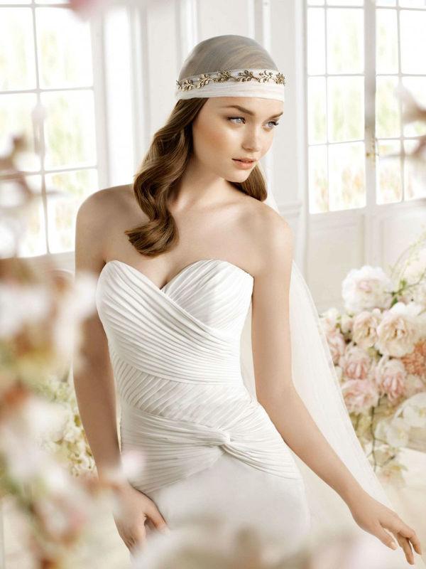 Beispiel: Trägerloses Kleid mit passendem Kopfschmuck, Foto: Wedding Center Wien.