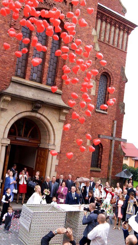 Balony wypuszczone z pudła niespodzianki www.fabrykaslubu.pl