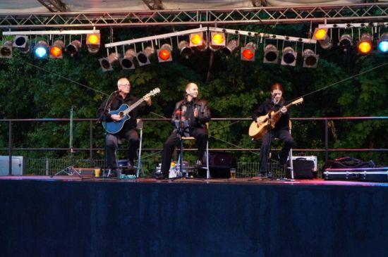 Beispiel: Band auf der Bühne, Foto: 2-PLUGGED.