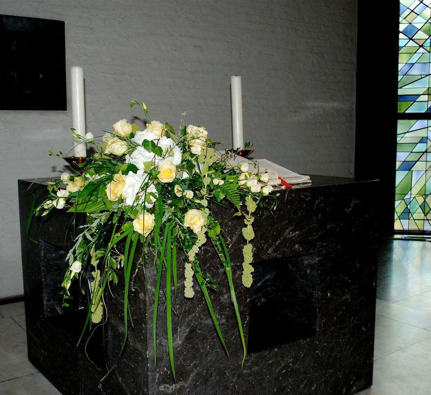 Beispiel: Altardekoration, Foto: Blumen Becht.