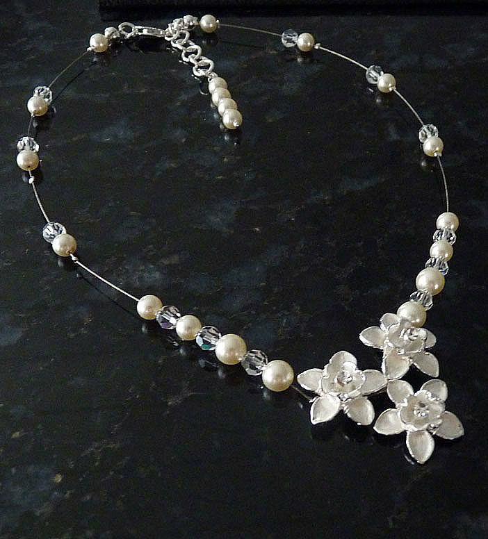 Beispiel: Floraler Brautschmuck modern