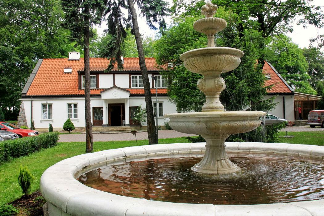 Hotel Dedek Park w Parku Skaryszewskim w Warszawie. Na terenie hotelu znajduje się Villa Montemarco.
